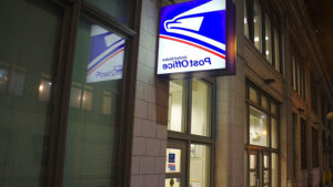 A United States Post Office sign 通过 the entrance